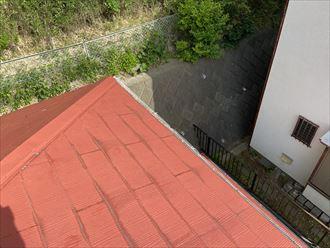 横浜市港南区丸山台のお住まいでは、スレート屋根材同士の隙間が少なく、スレートが水を吸いやすい状態になっていました