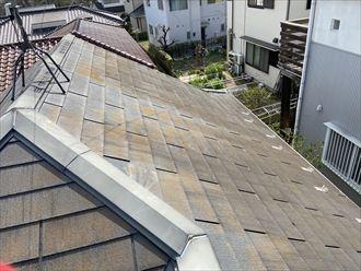 築12年で屋根塗装をご検討中のお住まいのスレート屋根では、スレートが欠落している箇所などがあり、屋根カバー工事をご提案致しました