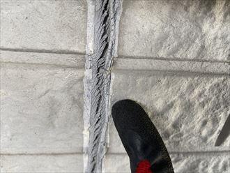 横浜市旭区川井本町にて窯業系サイディング外壁のお住まいの調査では、シーリングの劣化やチョーキングが発生していました