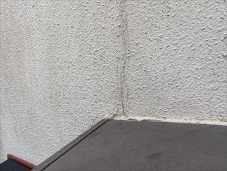 海老名市国分南のお住まいの外壁にはクラックのほか、補修後の劣化もみられました