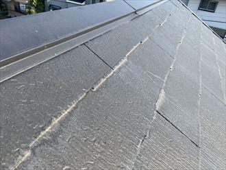 屋根の再塗装をご検討中の横浜市神奈川区三ツ沢上町のお住まいのスレート屋根は、前回の塗装をした際の縁切り作業が十分ではありませんでした