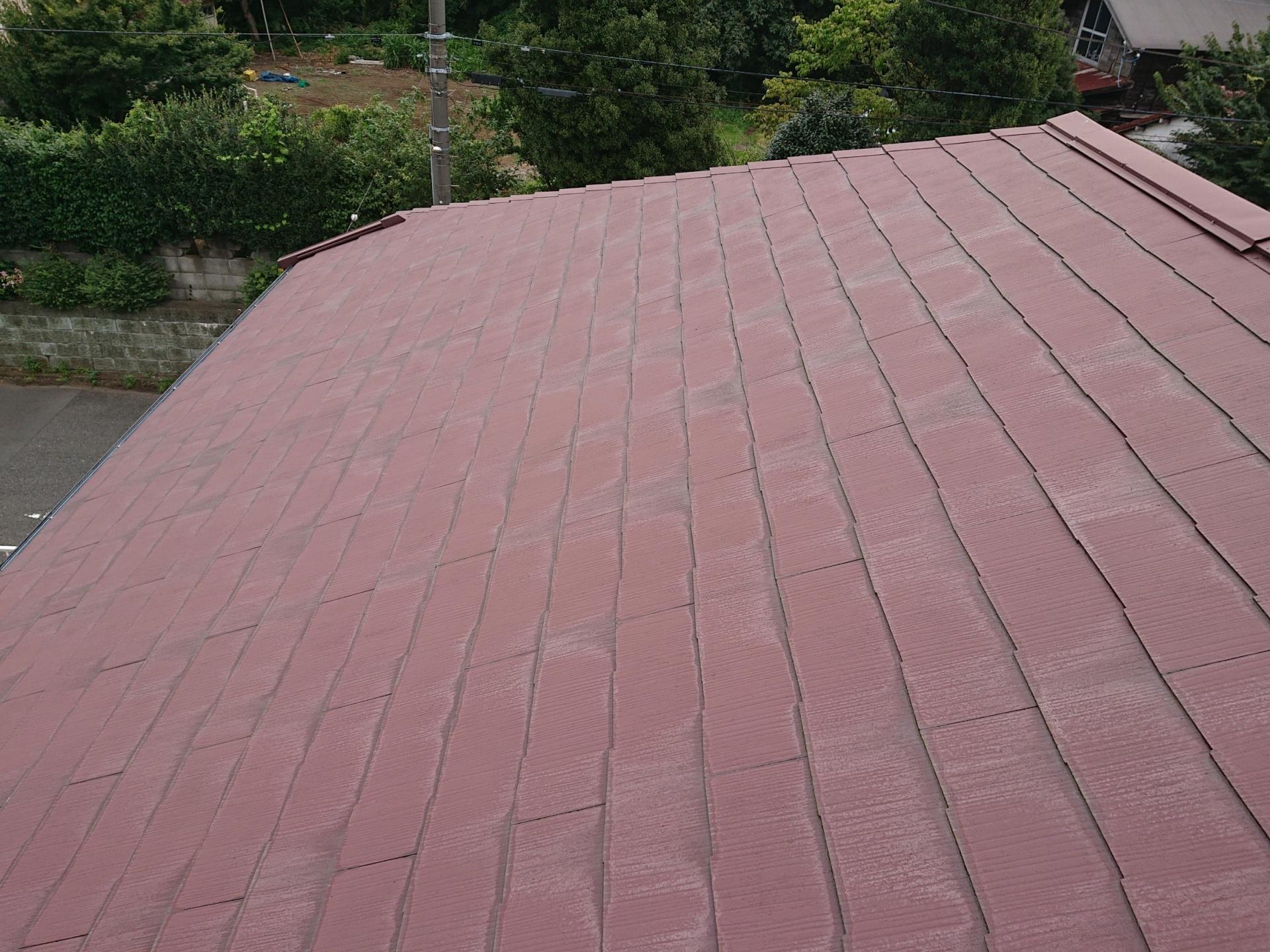 雨水を吸って小口が白く変色している築20年のスレート屋根