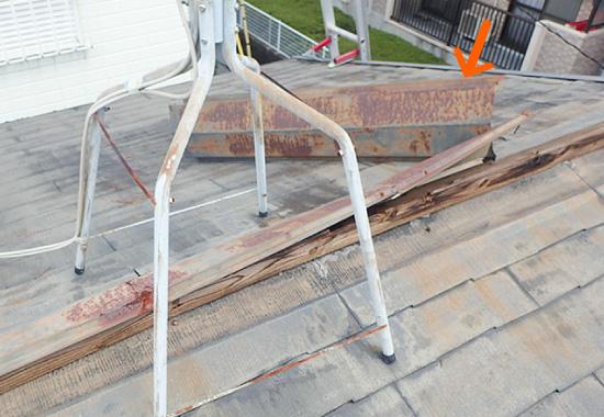 台風によって破損した棟板金