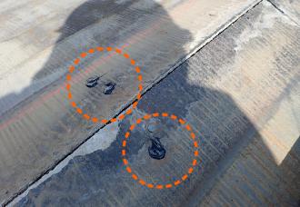 屋根材に開いている釘穴をシーリング材で穴塞ぎ