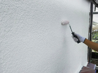 ローラーを使用して塗装