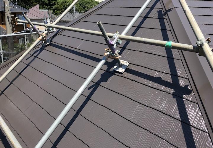 横浜市旭区白根にて、10年前に塗装したスレート屋根をファインパーフェクトベスト(ニューブラウン)で塗装