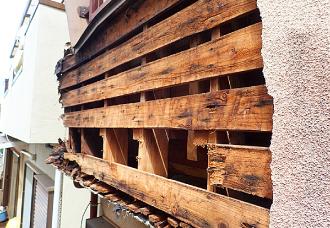 台風15号で下地まで露出したモルタル外壁