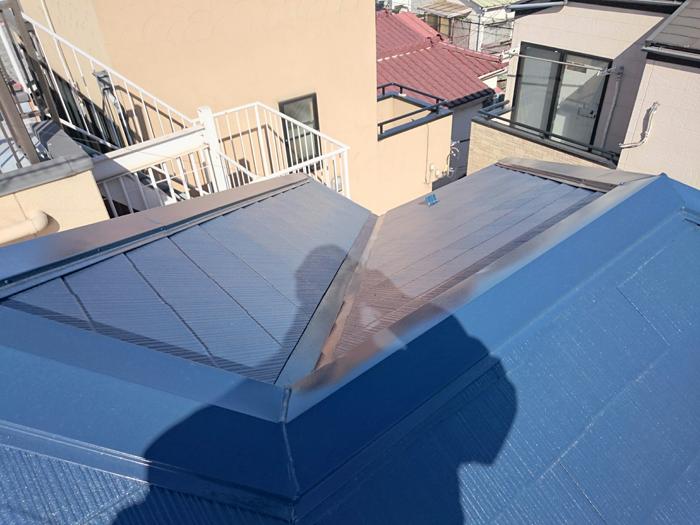 秦野市でファインパーフェクトベストを使った鮮やかなブルーの屋根へ塗り替え
