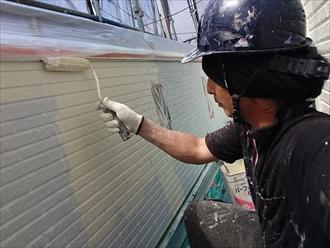 バルコニーの腰壁を塗装中