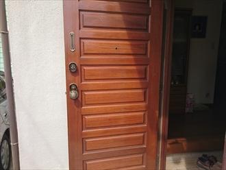 木製ドアの塗装は木目を残す浸透性塗料で|横浜市金沢区