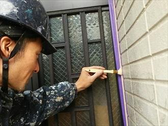 玄関周りなどのアルミ部分は万が一にも傷つかないように増し打ちしますが、こちらにももちろんプライマーを塗ります。