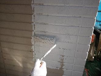 一階サイディングへの下塗り。