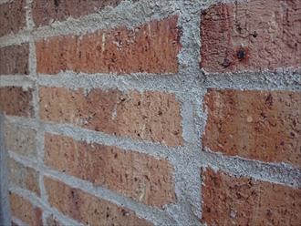 足場を架ける時にしか手をかけられないため、このようなレンガを用いた住宅は、外壁塗装を行うタイミングでメンテナンスをするのが望ましいでしょう。