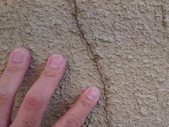 横浜市瀬谷区宮沢にてモルタル外壁の調査、クラックの幅が0.3mm以上の場合は外壁が崩れる恐れがあります