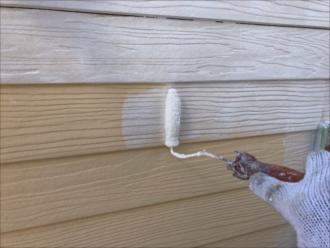 まずは凹凸の多いモエンサイディングに下塗りをたっぷり塗装します