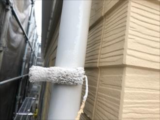 竪樋も同じく塗装しておきます。足場を架ける時でしか塗装ができない箇所は全て塗装しておきます