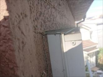 サッシと外壁との取合い、隙間に打たれるコーキングに亀裂が入りここから雨漏りしているようです