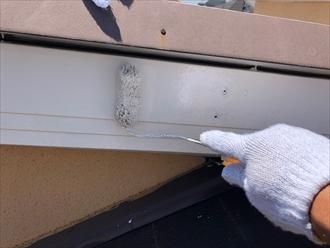 横浜市泉区西が丘にて屋根カバー工事中、部分的に傷んでいた破風板の塗装も同時に行いました