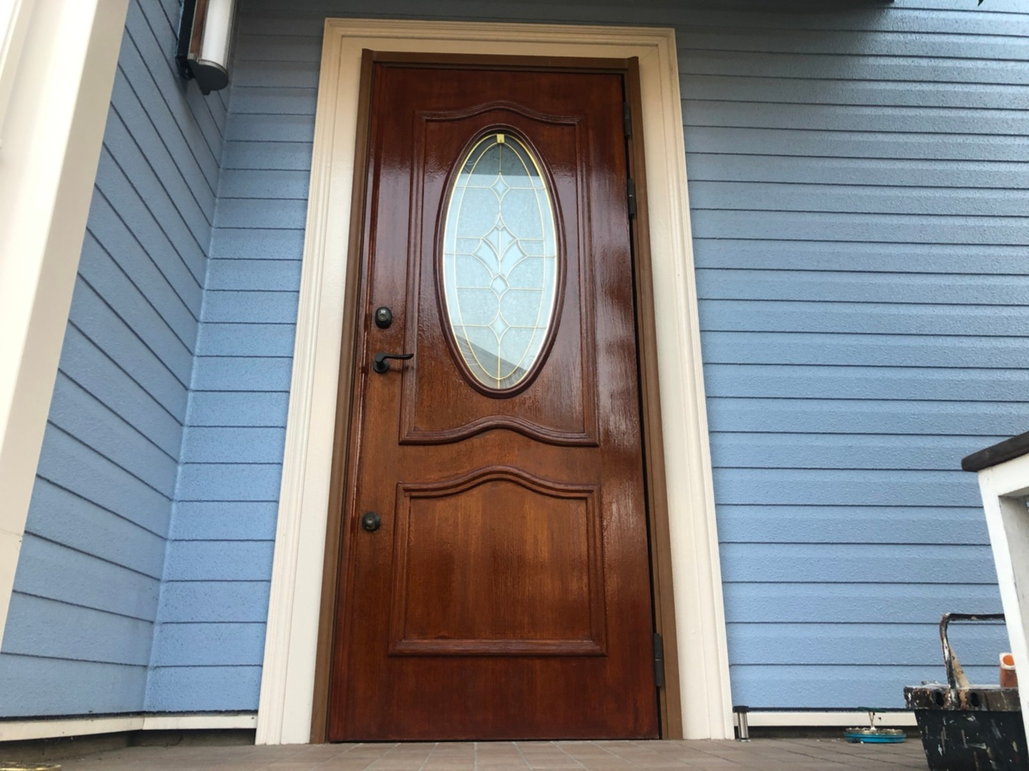 横浜市保土ヶ谷区上星川にて汚れが目立つようになってしまった木製玄関ドアにオスモカラーのウッドステインプロテクター(マホガニー)にて塗装工事を行いました、施工後写真