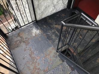 塗装前の錆びた階段