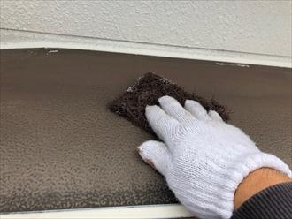 横浜市青葉区美しが丘にて外壁塗装工事中、鉄部塗装の下準備であるケレン作業はとても重要です