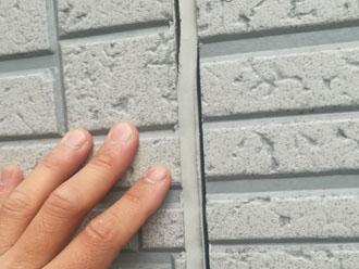 横浜市港南区笹下にて築15年のお住まいの点検調査、外壁のコーキング材は塗料と同じ耐用年数のものがお勧めです