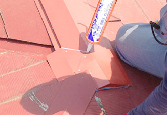 棟板金の継目にシーリング材を打設すれば棟板金交換工事完了