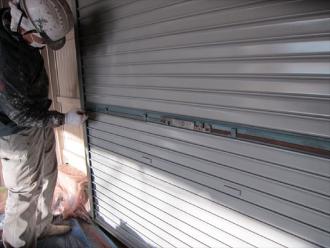 倉庫のシャッターをクリーンマイルドウレタンで吹き付け塗装