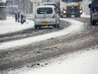 雪が降っている道路