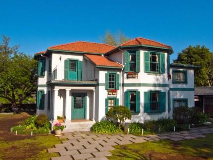 石畳とカラフルな家