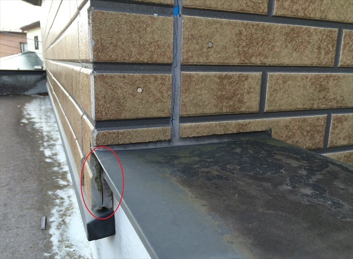 窯業系サイディングとFRP防水層との取合い打たれたコーキング材