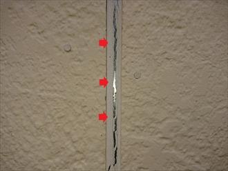 横浜市瀬谷区上瀬谷町にて塗装メンテナンスの為に屋根外壁調査、窯業系サイディングに打たれているコーキングの劣化は雨漏りに繋がる為早めにメンテナンスしましょう