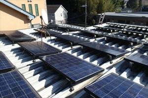 折半屋根の上の太陽光