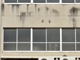 窓まわりの雨だれ