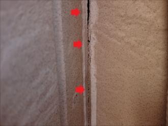 バルコニーの内側にもコーキングが使われており、常に湿気や紫外線にさらされている箇所は割れてしまいます