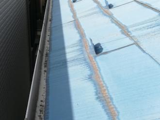 中郡二宮町一色にてスレート屋根の調査、スレートの端が変色している原因は雨水がたまってしまっているためです