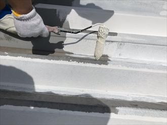 横浜市西区岡野にて築20年経過し錆が出始めている四階建て折半屋根の塗装工事