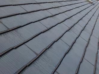 横浜市青葉区美しが丘にて現地調査、スレート屋根の端が変色している場合はスレートが雨水を吸収しているサインです