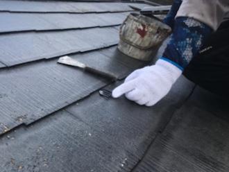 茅ヶ崎市本村にてスレート屋根の塗装工事、塗装前にタスペーサーを設置して縁切りを行います