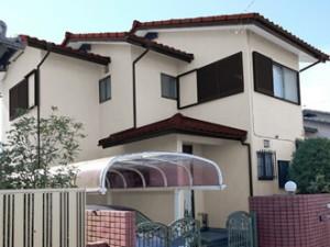 外壁:アイボリー 屋根:ワインレッド