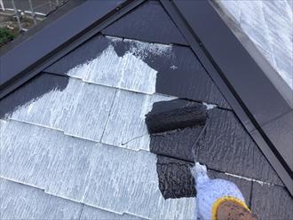 いよいよ中塗り!横浜市緑区の屋根塗装はサーモアイ、色はクールダークチョコレート