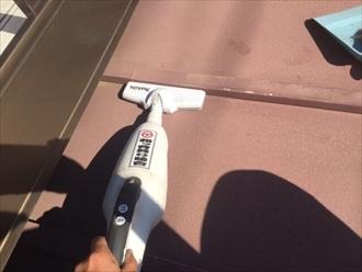 ハンドクリーナーやホウキを用いてケレン後に出るゴミを取り除いていきます