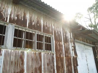 老朽化したトタン外壁