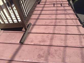 塗膜が劣化しチョーキングや錆が見られる下屋根