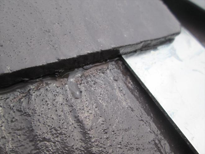 溜まった雨水が溢れています