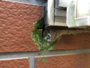 穴が空いた外壁