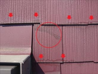 縁切りがされていないと、屋根材が重なる部分に雨水が溜まってしまい、それを吸い込む小口が白く変色するのが特徴としてすぐに分かります