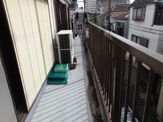 小田原市栄町で横に広いひび割れたバルコニーへ通気緩衝工法ウレタン防水工事、施工前写真