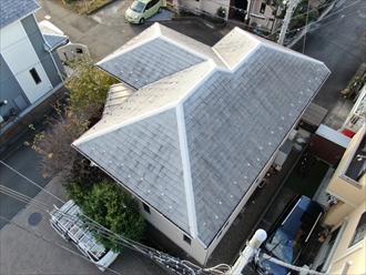横浜市金沢区六浦東にて築10年経過し初めての外装リフォーム、屋根塗装と同時に棟板金も交換し屋根全体のメンテナンスを行いました、施工前写真