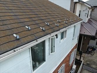 横浜市港南区上大岡東にてスレート屋根調査、苔が付着し黄色く染まっているスレートは防水性能を失っている為早急に塗装でのメンテナンスが必要です